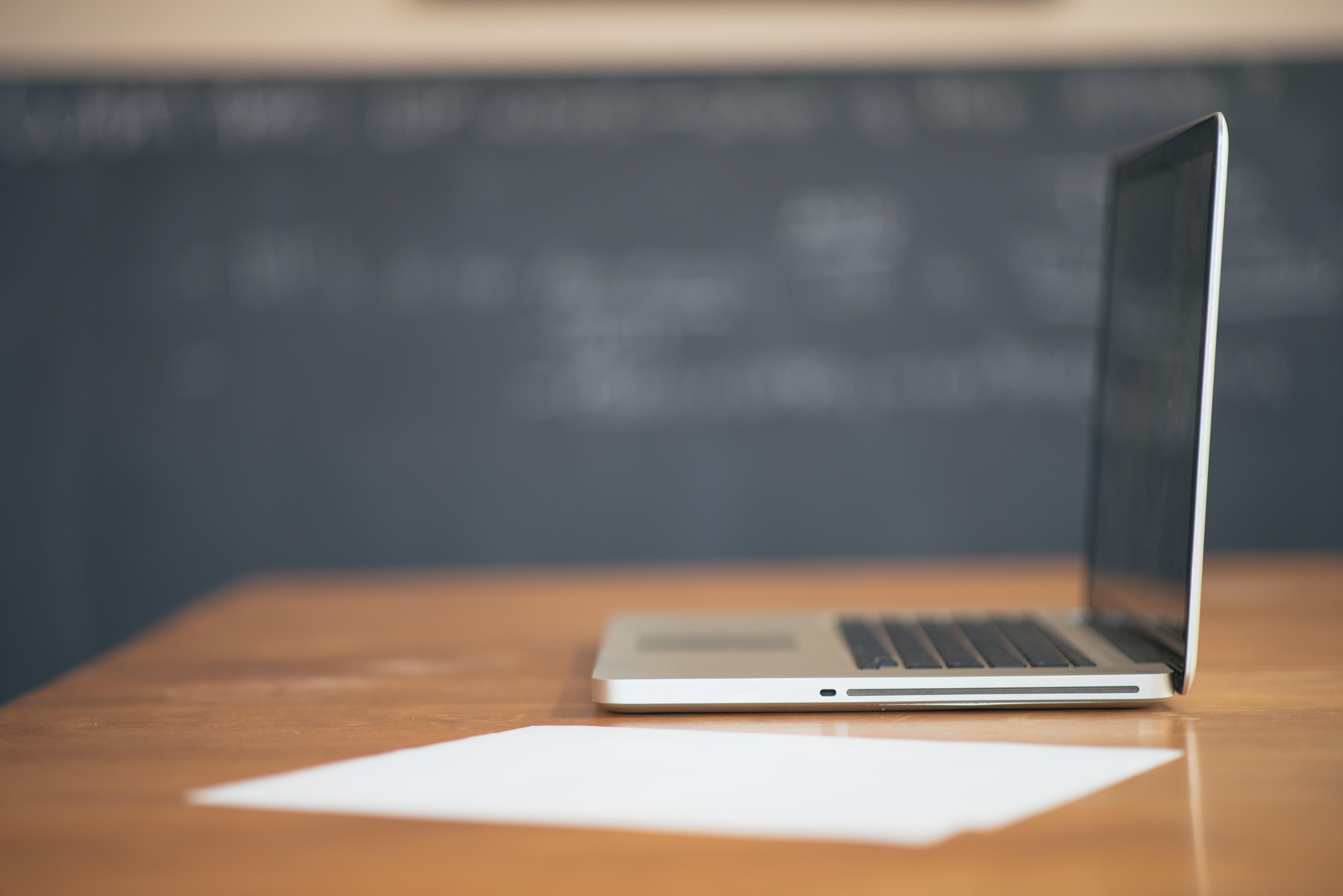 apple-desk-laptop-6565